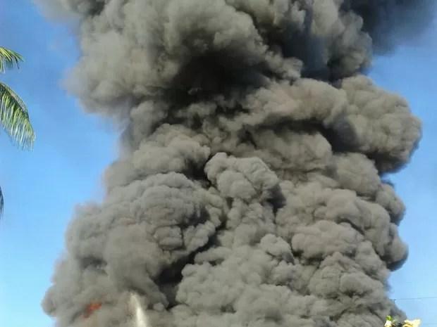Incêndio atingiu empresa de Blumenau na tarde desta segunda (Foto: Fábio Bublitz/RBS TV)