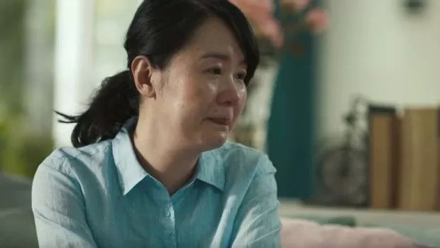 No vídeo, mulher ouve mão dizendo que ela não casou por não ser muito bonita (Foto: SK II)