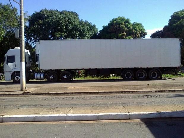 Motorista de caminhão baú levaria entorpecente para o Rio de Janeiro. (Foto: PRF-MT)