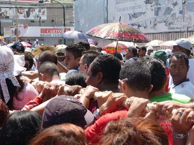 Fiéis seguraram a corda usada para puxar a berlina no Círio de Nazaré em Macapá (Foto: Abinoan Santiago/G1)