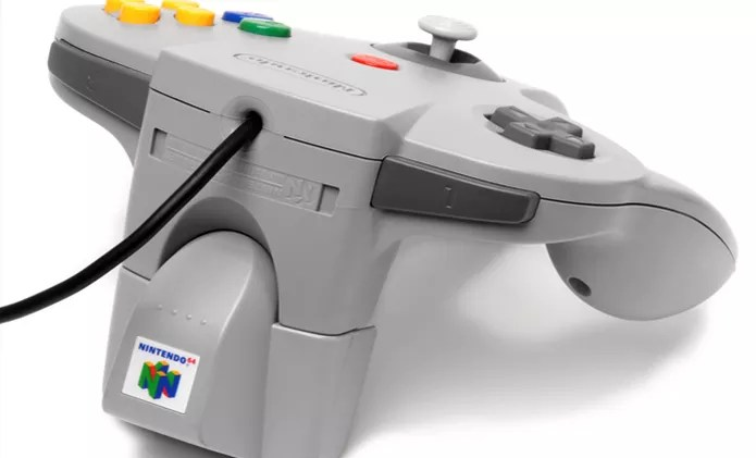Direcionais analógicos e efeito Rumble hoje considerados padrão foram criados pela Nintendo no Nintendo 64 (Foto: Reprodução/Wikipedia) (Foto: Direcionais analógicos e efeito Rumble hoje considerados padrão foram criados pela Nintendo no Nintendo 64 (Foto: Reprodução/Wikipedia))