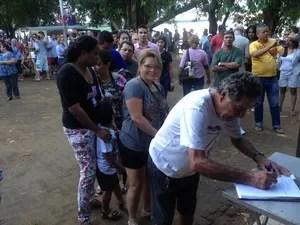Fila para assinar manifesto (Foto: Ísis Capistrano/ G1)