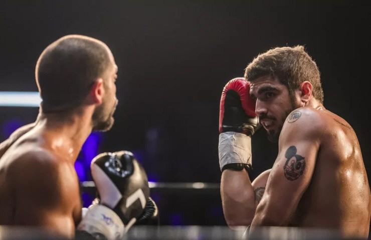 Rock (Caio Castro) não consegue golpear Paixão (Duda Nagle), em 'A Dona do Pedaço' — Foto: TV Globo/Paulo Belote