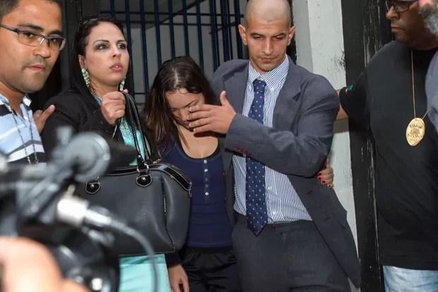 Juliana Cristina da Silva, de 28 anos, deixa a carceragem do 89º Distrito Policial após pagar cerca de 15 mil reais de fiança (Foto: Marivaldo Oliveira/Futura Press/Estadão Conteúdo)