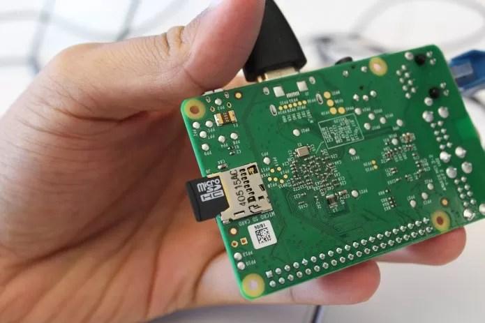 Console Retro: conecte o cartão micro SD no seu Raspberry Pi (Foto: Reprodução/PC World)