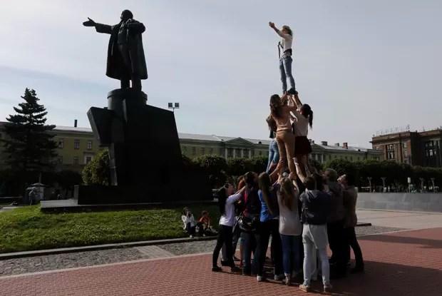 Grupo formou pirâmide humana para imitar estátua de Lênin em São Petersburgo, na Rússia (Foto: Alexander Demianchuk/Reuters)