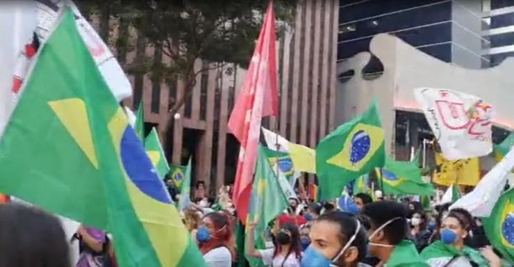 Manifestantes levam bandeiras do Brasil em ato contra o presidente Jair Bolsonaro (sem partido) em São Paulo neste sábado (24) — Foto: Marina Pinhoni/G1