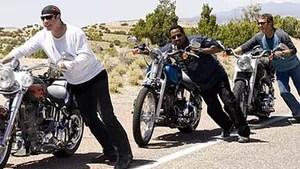 Quatro amigos veteranos se vestem como motoqueiros radicais, mas estão longe disso. No entanto, em busca de aventura, eles resolvem pegar a auto-estrada, mas se metem em encrencas quando encontram uma violenta gangue de motoqueiros conhecida como Del Fuegos.