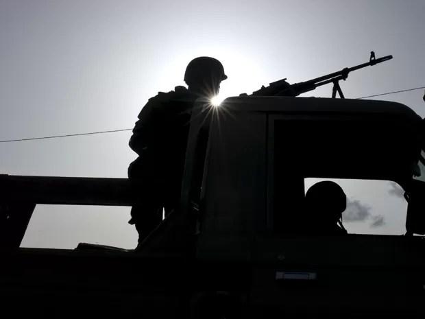 Soldados patrulham a base militar Naaba Koom, em Uagadugu, Burkina Faso, na terça (29) (Foto: Reuters/Arnaud Brunet)