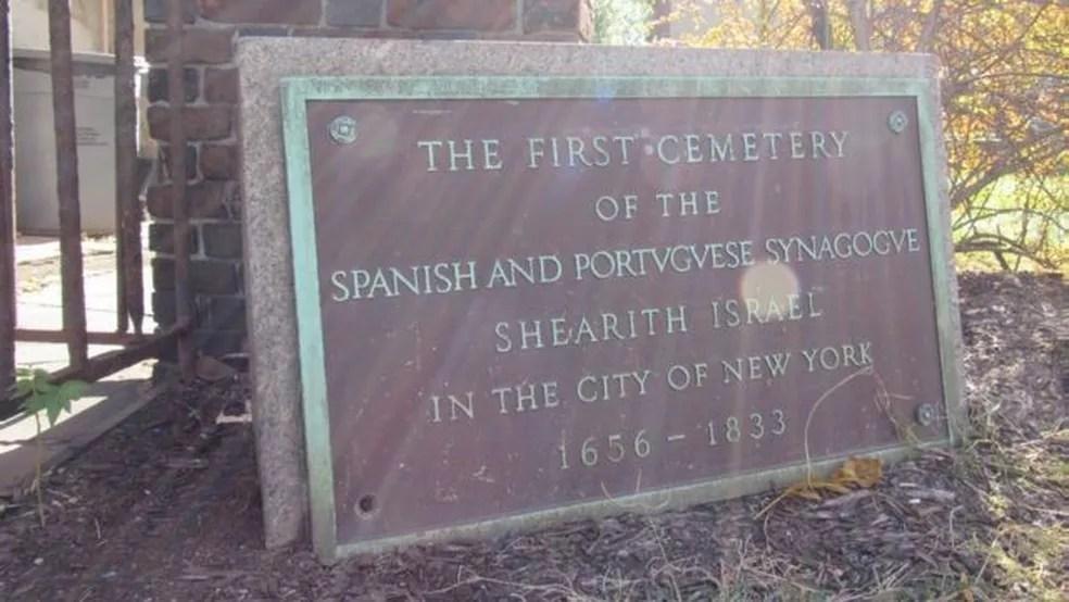 Placa homenageia primeiro cemitério judeu em Nova York — Foto: Daniela Levy/BBC