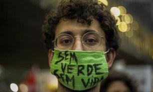 Manifestante usa máscara em protesto pelo clima em São Paulo nesta sexta (20). — Foto: Miguel Schincariol/AFP