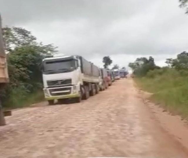 Caminhões formaram filas ao longo das BRs — Foto: TVCA/Reprodução