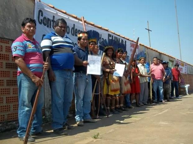 Indígenas de oito etnias fizeram um protesto 'pacífico' em frente a sede da Funai (Foto: Flávio Godoi/G1)