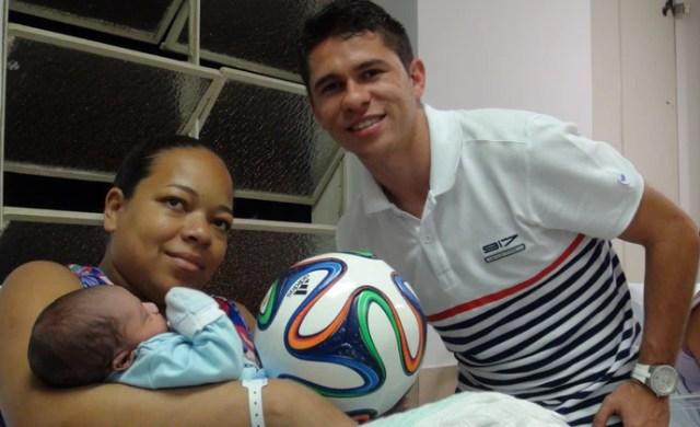 Osvaldo dá a recém-nascidos a bola Brazuca em maternidade de São Paulo (Foto: Cassio Barco)