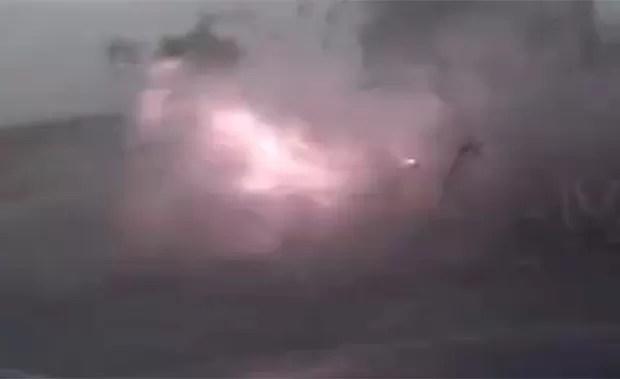 Motorista que estava estacionado foi surpreendido por raio na China (Foto: Reprodução/LiveLeak/Lake8737)