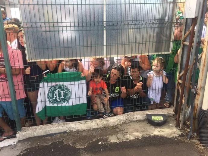 Muitas crianças foram ao aeroporto recepcionar Atlético Nacional (Foto: Janir Júnior)