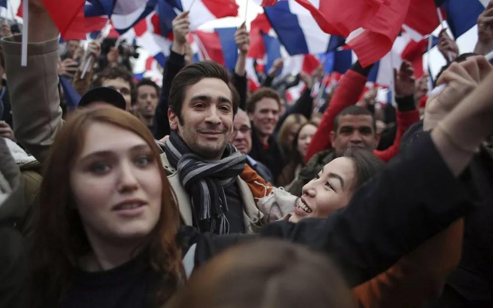 Franceses celebram vitória de Macron no segundo turno da eleição para presidente da França (Foto: Thibault Camus/AP Photo)