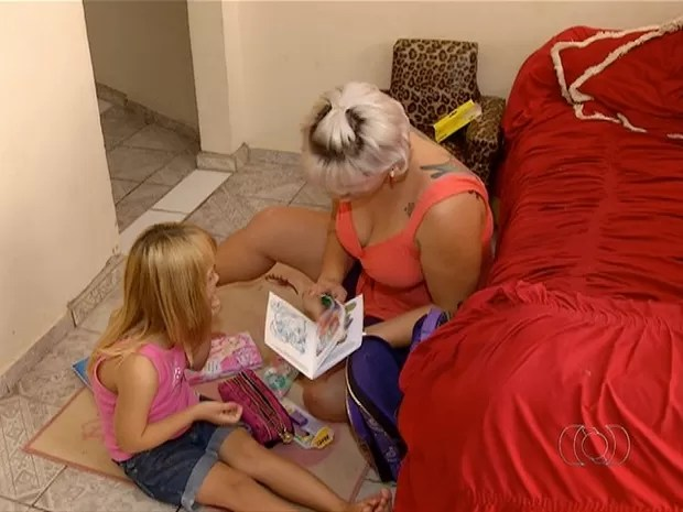 Mãe não tem com quem deixar a filha especial (Foto: Reprodução/TV Anhanguera)