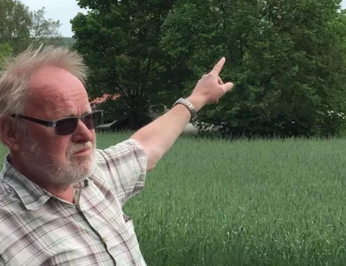 Karl-Heinz Handreck, líder do vilarejo de Taubendorf, aponta para o local onde a mina de carvão deve se expandir. O verde dos campos do local devem dar lugar a uma operação de mineração (Foto: Bruno Calixto/ÉPOCA)