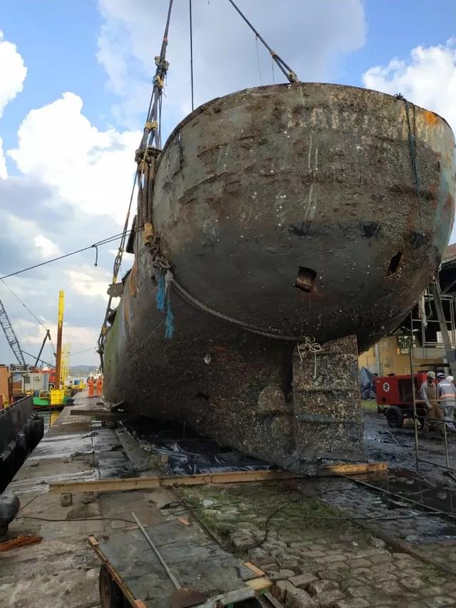 Embarcação foi içada até o cais do Valongo, no Porto de Santos, SP — Foto: G1 Santos