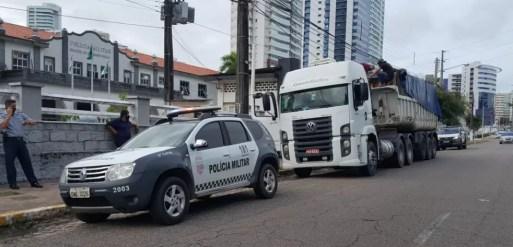 Caminhão foi apreendido pela PM — Foto: Sara Cardoso/Inter TV Cabugi