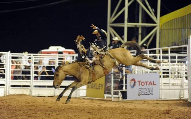 Zeius Cruz durante montaria em cavalo na Festa do Peão de Americana — Foto: Júlio César Costa/G1