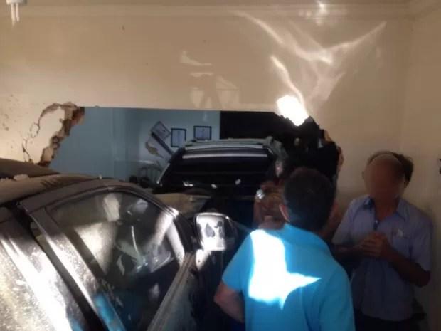 Moradores cercaram motorista e passageiro para evitar que eles fugissem (Foto: Arquivo Pessoal/Aline Oliveira)