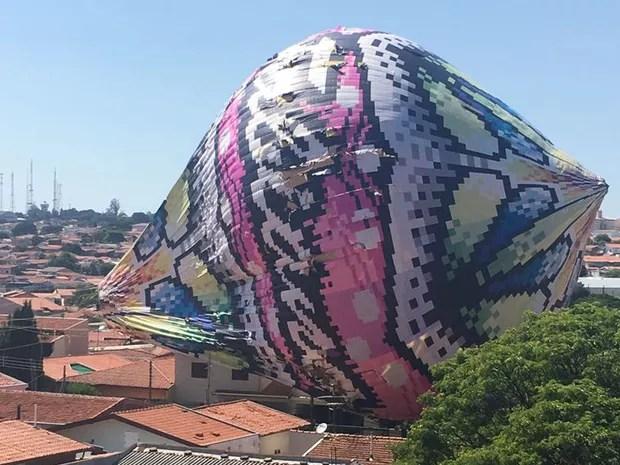 Balão caiu sobre casas no Jardim dos Oliveiras, em Campinas (Foto: Tatiane Piacente Tomaz)