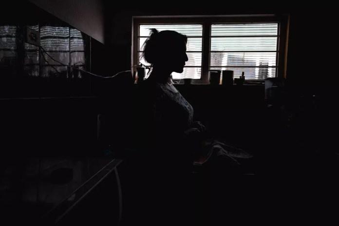 Mulher vítima de violência doméstica (Foto: Marcelo Brandt/G1)