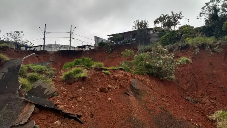 Um desmontamento de parte de um barranco interditou um trecho da Raposo Tavares, em São Roque (Foto: João Manoel Bathaus/Arquivo Pessoal)