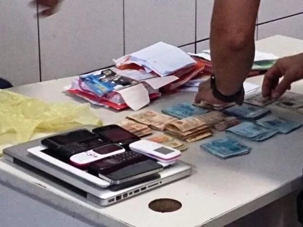 Polícia apreendeu dinheiro, armas e diversos objetos (Foto: Orion Pires/G1)