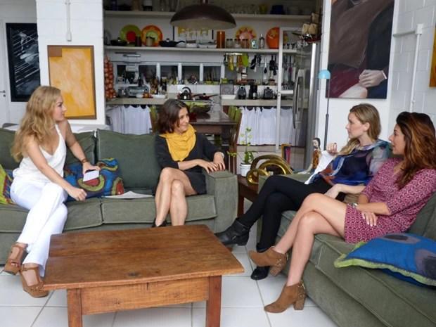 Angélica se diverte junto com 'fernandas' e astróloga  (Foto: Estrelas / TV Globo)