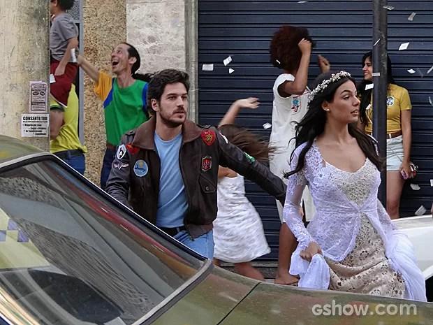 Sandra não dá atenção para Rafael, mas encantando ele corre atrás dela (Foto: Boogie Oogie/TV Globo)