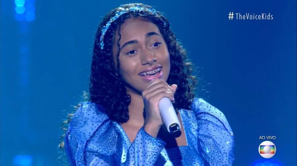 Izabelle Ribeiro se apresentou com 'Como Vai Você' no palco do 'The Voice Kids'. — Foto: Reprodução/Globoplay