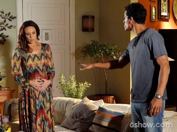 Juliana sente a ameaça de Jairo (Foto: Em Família/ TV Globo)