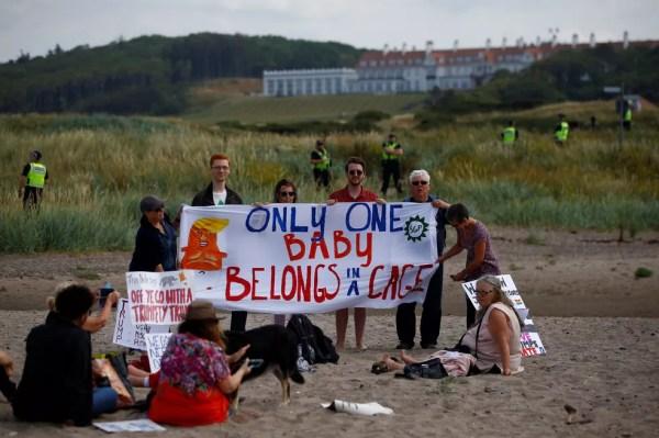 Manifestantes em praia perto do campo de golfe de Donald Trump, em Turnberry, na Escócia (Foto: Henry Nicholls/Reuters)
