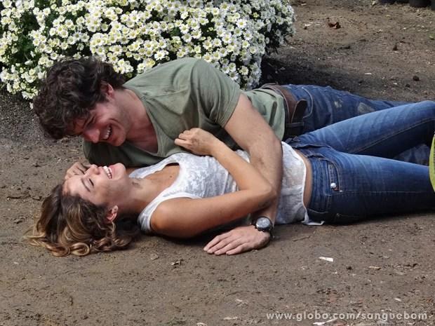 Os dois felizes após o beijo! (Foto: Sangue Bom / TV Globo)