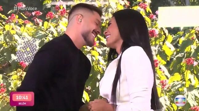 Pocah ficou encantada com o pedido de casamento do noivo, Ronan — Foto: TV Globo