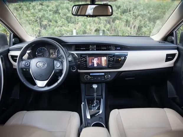 Interior do Corolla tem acabamento correto, mas traz muita variedade de materiais (Foto: Marcelo Brandt / G1)