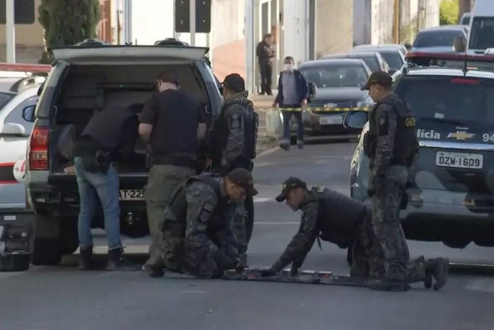 Criminosos deixaram explosivos para trás durante a ação em Botucatu  — Foto: TV TEM/ Reprodução