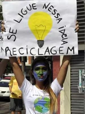 Manifestante protesta pela defesa do meio-ambiente durante visita de Dilma a Campinas (Foto: Lana Torres / G1)