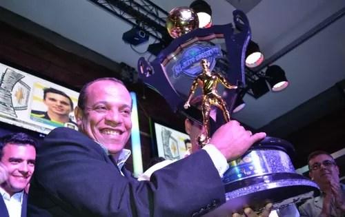 José Rodrigues, presidente do Cene, ergue troféu de campeão estadual (Foto: Lucas Lourenço/GE MS)