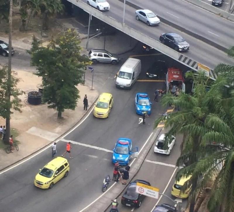 Três pessoas foram esfaqueadas em um dos acessos ao Túnel Rebouças, na Lagoa Rodrigo de Freitas — Foto: reprodução