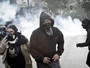 Manifestantes mascarados correm durante protesto em São Paulo. (Foto: Caio Kenji/G1)