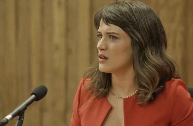 Clara se desespera ao ver situação se invertendo no tribunal  (Foto: TV Globo)