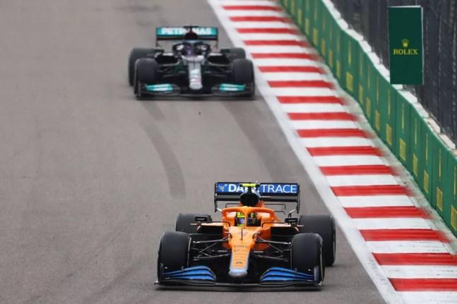 Lewis Hamilton, da Mercedes, e Lando Norris, da McLaren, no GP da Rússia de 2021 — Foto: Bryn Lennon/Getty Images