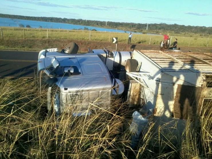 Segundo bombeiros, motorista perdeu controle da direção do caminhão ao fazer curva  (Foto: Arquivo pessoal)