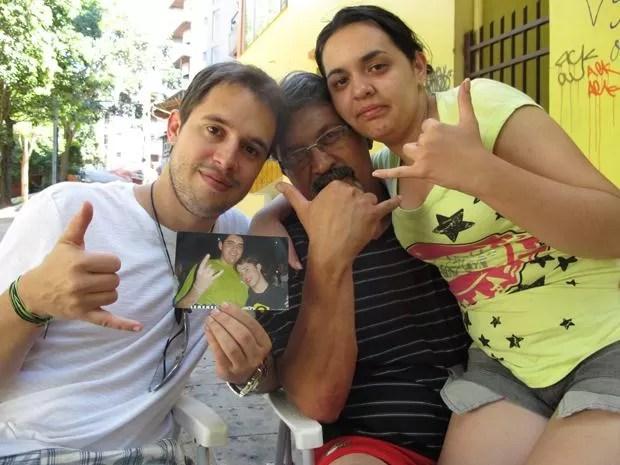 Bruno (à esq.), o pai (centro) e a irmã (dir.) de Vinicius fazem gesto em homenagem ao estudante (Foto: Paulo Toledo Piza/G1)