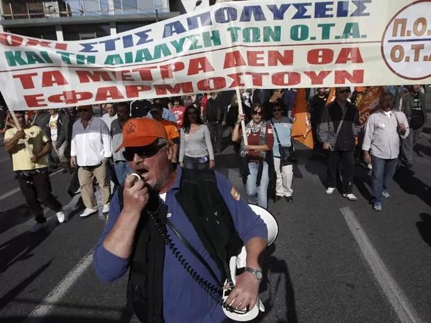 Trabalhadores municipais marcham em um ato antiausteridade no centro de Atenas neste sábado (10). O país está sem recursos enquanto espera por nova parcela de ajuda internacional de € 130 bilhões (Foto: Reuters/John Kolesidis)