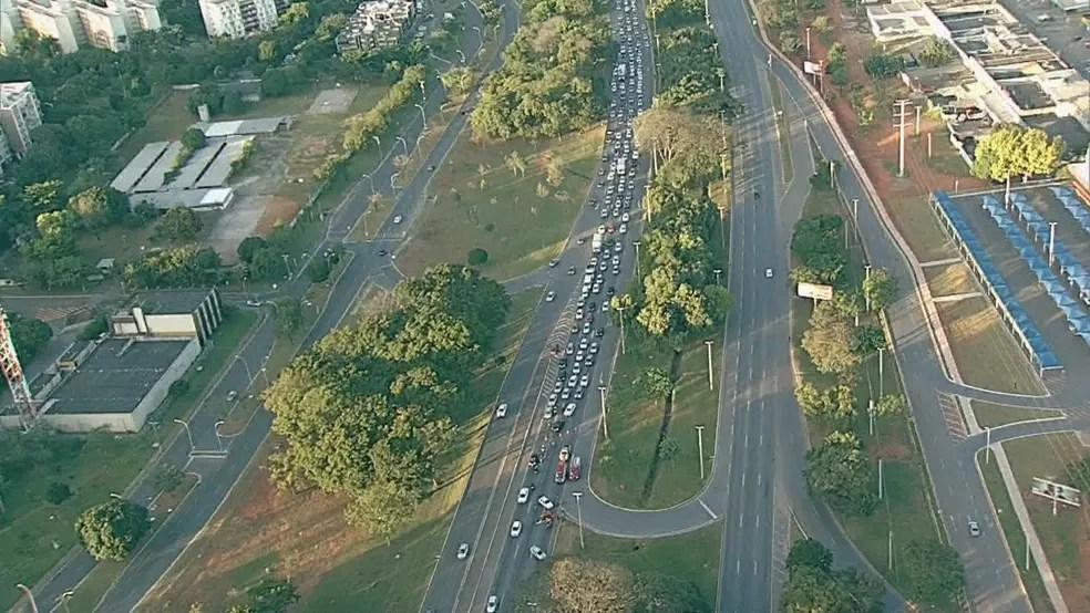 BRASÍLIA, 7h: engarrafamento na EPIA em dia de greve dos rodoviários e metroviários contra reforma da Previdência — Foto: TV Globo/Reprodução